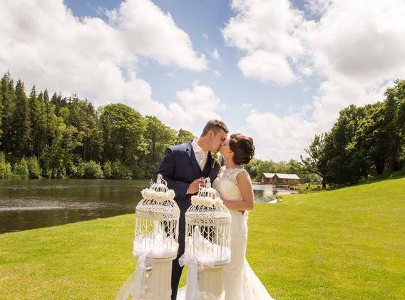 canada lodge wedding doves_