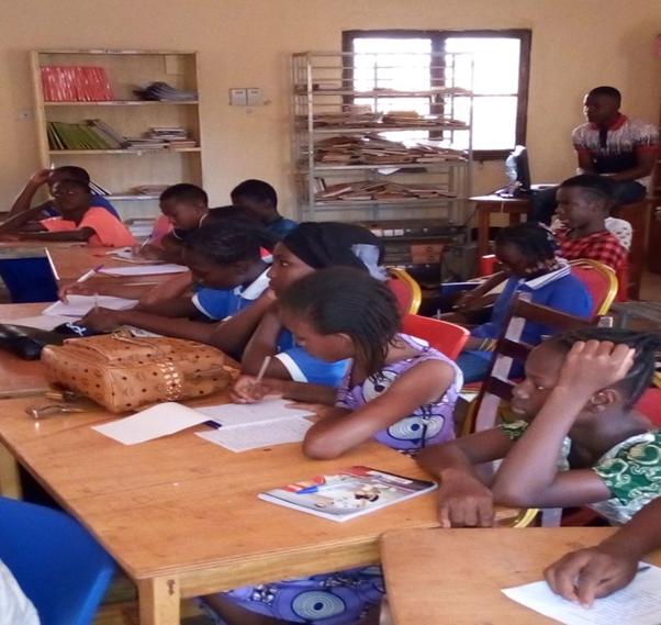 Les élèves de la 7ème et de la 8ème année concentrés sur leur 1er cours de développement personnel.