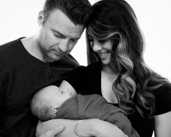 NEWBORN PHOTOGRAPHY PARENT POSE WITH FAT