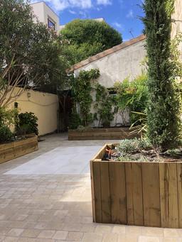 08cour-mur-vegetal-jardinieresbois.jpg
