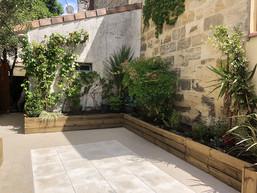 09cour-bordeaux-centre-jardiniere-murs.j