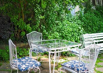 Aménagement d'un jardin bucolique avec du mobilier et des plantes adaptées suivant les conseils d'un paysagiste professionel