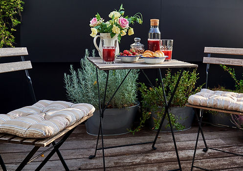 Balcon de ville aménagé avec pots et mobiliers adaptés pour réaliser l'ambiance que vous souhaitez