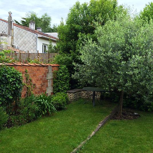 Aménagement paysager de jardin bordelais avec création d'un espace repas