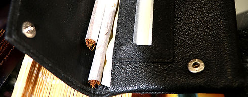 בחנות אָש יש עלי טבק ותחליפי הטבק, אביזרים לגלגול טבק: מכונות גלגול, עלי סיגר לגלגול, פילטרים, נרתיקים לגלגול, וקופסאות סיגריות מעוצבות.