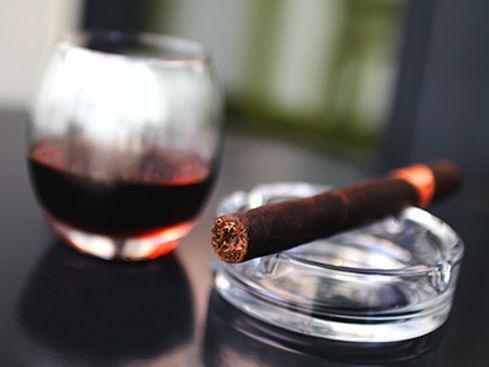 יורם בן דהן מנחה סדנאות, ימי גיבוש, מסיבות רווקים ופעילויות לגברים ולנשים של סיגרים ואלכוהול