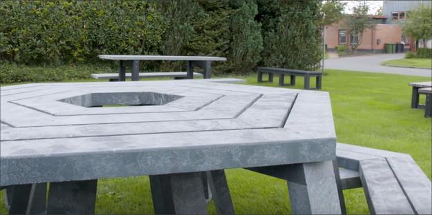 Kruhové sezení se stolem. Prostor pro slunečník.