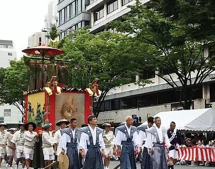 Kamishimo (Kimono khusus pria dengan bagian bahu yang lebar)