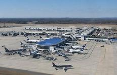 空港の滑走路とターミナル風景