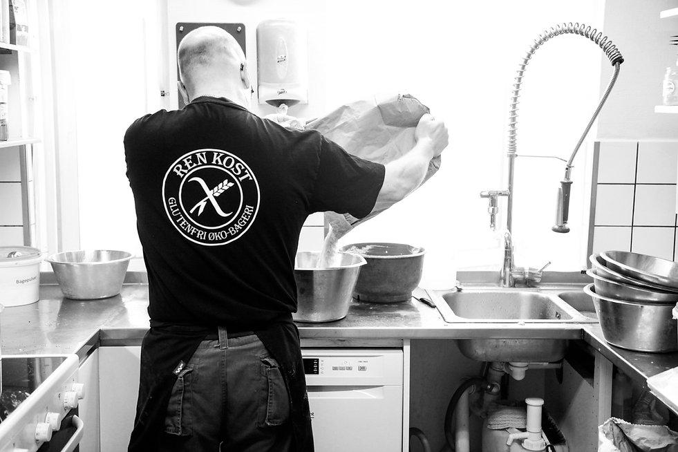 Vores Bager Henrik i færd med at bage.
