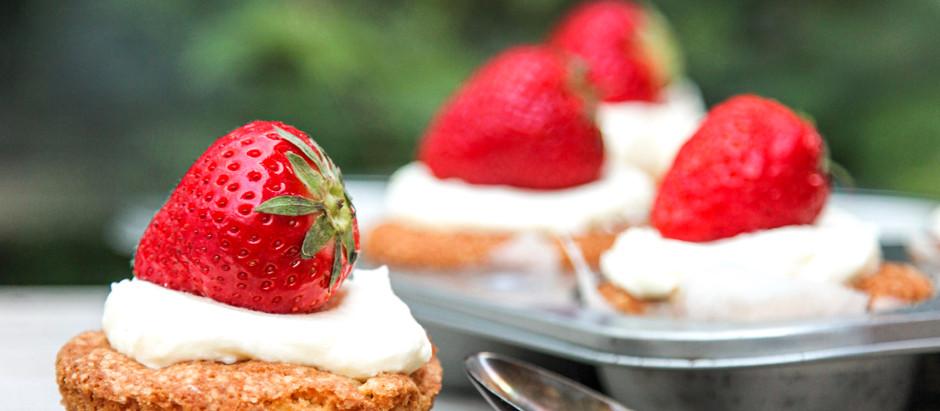 Rabarbermuffins med creme, pyntet med friske jordbær