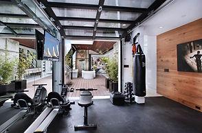 salle de sport maison aménagée avec baie vitrée : votre boxfit sur mesure pour un espace forme à domicile
