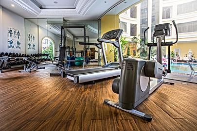 salle de sport en entreprise : tapis de course et stepper dans un espace forme aménagé pour votre bien-être