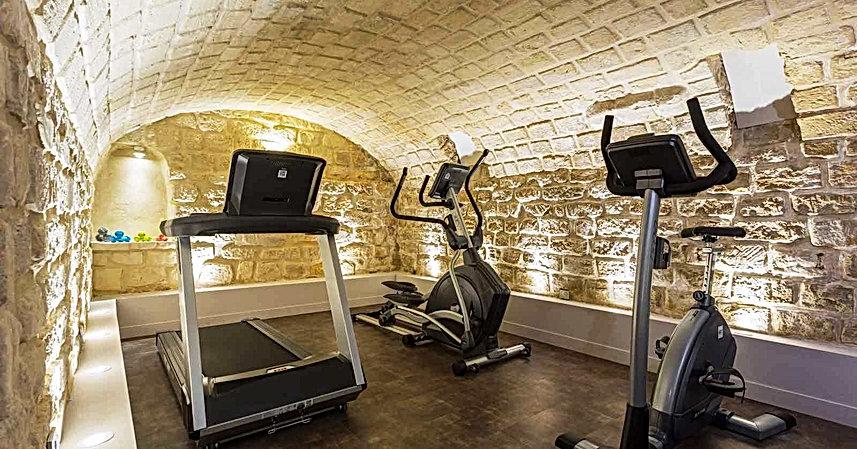 Salle de sport aménagée dans cave voutée à l'hôtel Jardin de Villiers Paris