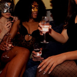 Hotesses en salon au Bar a Hotesses à Lyon