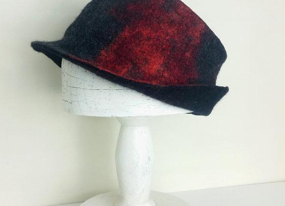Chapeau en feutre de laine merinos et soie, noir et rouge