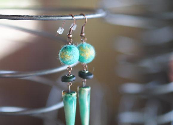 Boucles d'oreilles laine et céramique -turquoises