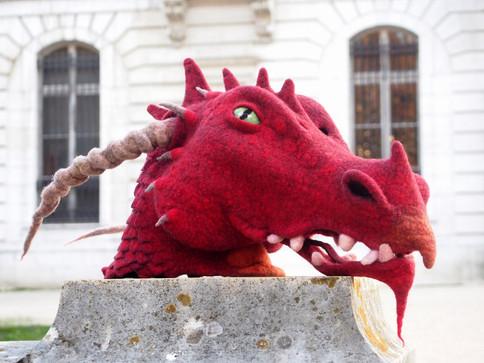 Masque intégral de dragon rouge en feutre artisanal