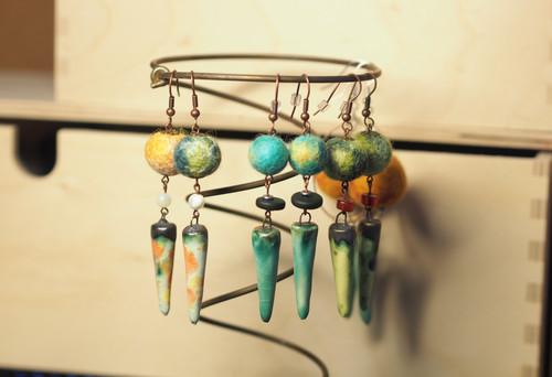 Boucles d'oreilles en perles feutrées et céramique, tons de verts bleu et jaune