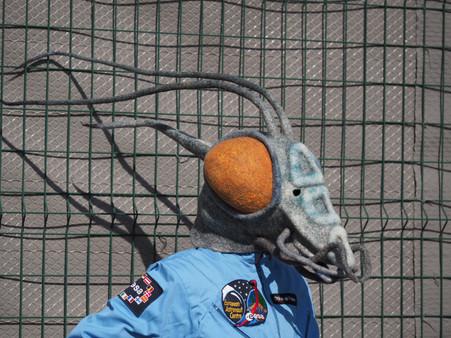 Masque en feutre de laine de mante alien, gris-bleu et orange
