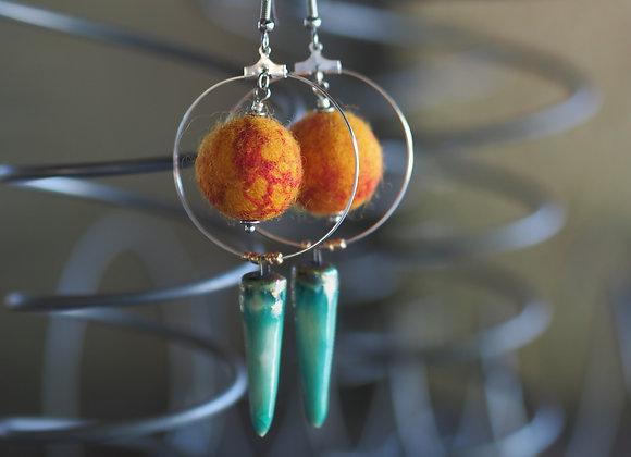 Boucles d'oreilles laine et céramique - vertes et oranges