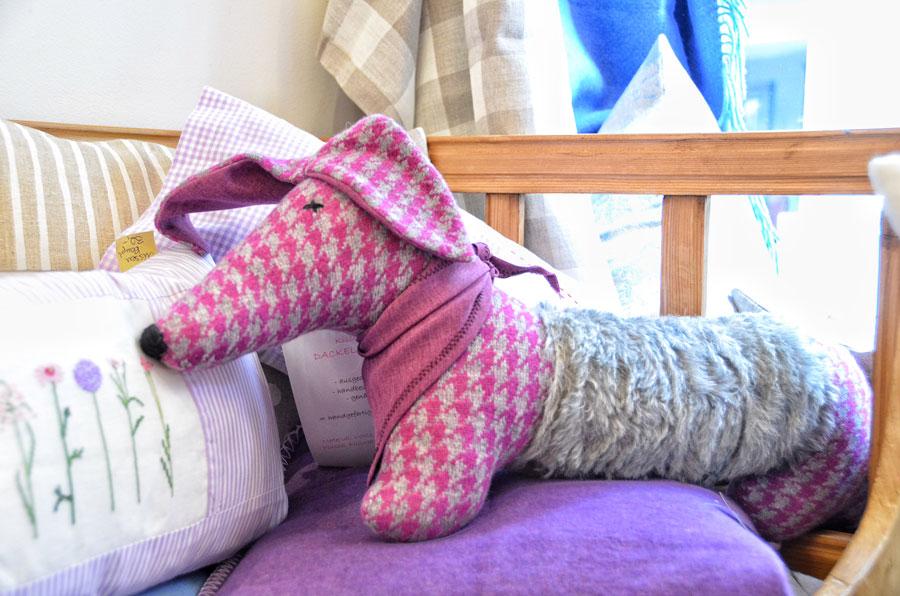 Stoffhund mit pinkem Schal