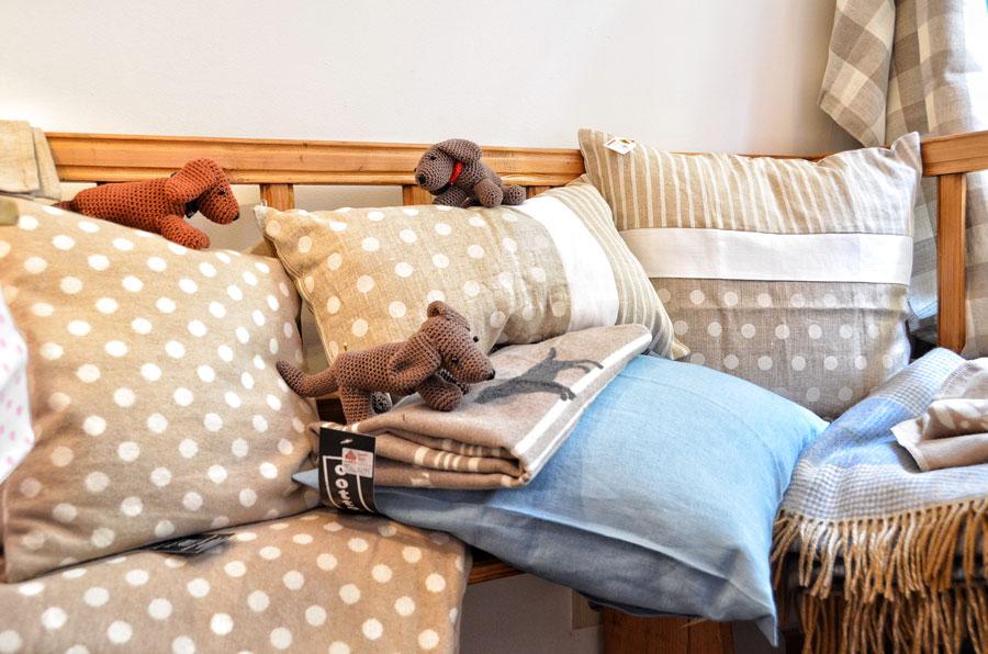 Häkeldackel auf Kissen und Decken