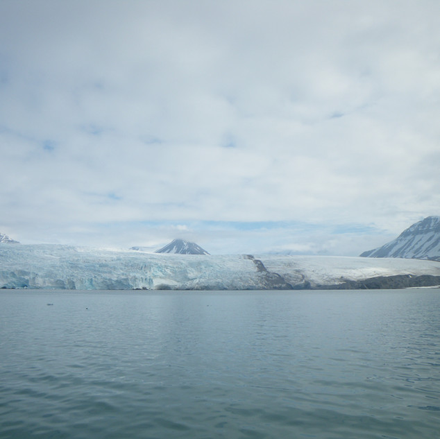 This epic glacier flows roughly southwestwards and is 25km (16 mi) long and 11km (6.8 mi) wide