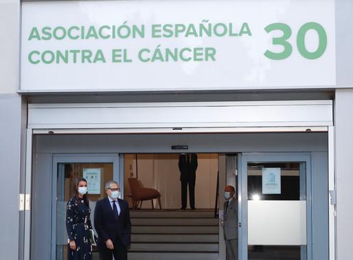 La Reina preside una reunión de trabajo con la Asociación Española contra el Cáncer.