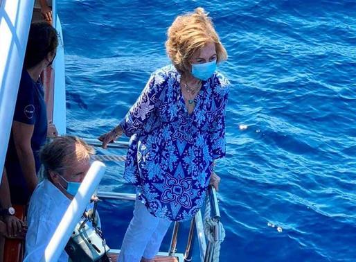 La Reina Sofía participa en la liberación de un ejemplar de tortuga marina en la bahía de Palma.