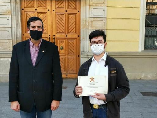 Cataluña: Un estudiante de 14 años recibe un diploma de la Unión Monárquica de España.