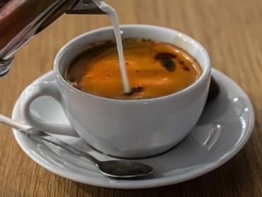 Συναγερμός για ανατιμήσεις «φωτιά»: Φόβοι πως ο καφές μπορεί να φτάσει τα 5 ευρώ, αυξήσεις σε ρεύμα