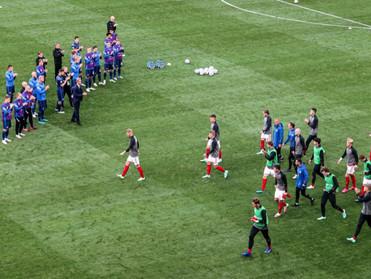 Συγκλονιστική  στιγμή : Οι Φινλανδοί χειροκροτούν τους Δανούς που επιστρέφουν στο γήπεδο! (φωτό)