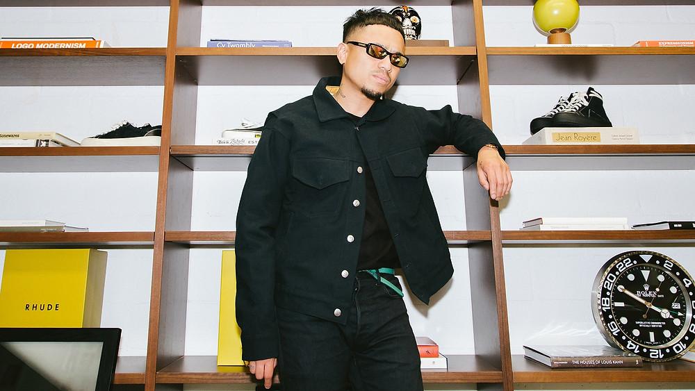 Rhuigi Villaseñor poses in an all black ensemble while wearing reflective sunglasses