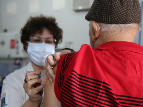 Niterói acelera dose de reforço em profissionais da Saúde