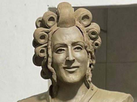 Esculturas de Paulo Gustavo e Dona Hermínia na reta final