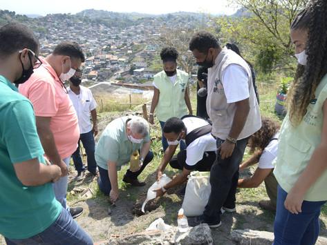 Jovens do EcoSocial plantam mudas na Vila Ipiranga