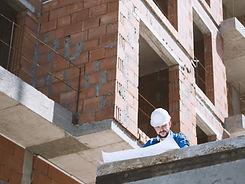 Arquitecto en emplazamiento de la obra