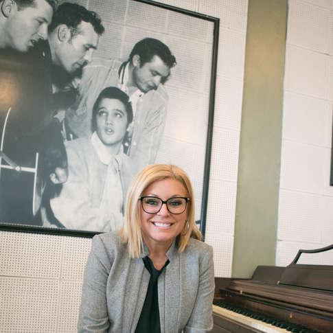Guylaine Tanguay assis sur le piano d'Elvis