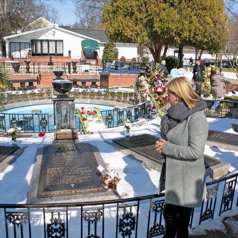 Guylaine Tanguay au cimetière d'Elvis