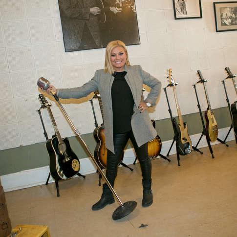 Guylaine Tanguay devant les guitares d'Elvis