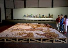 8ª Bienal do Mercosul - Obra Prelúdio, de Lucía Madriz, ao fundo Consumo racial, de Jean-François Boclé, mostra Geopoéticas