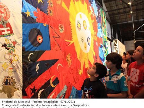 """8ª Bienal do Mercosul - Projeto Pedagógico. Crianças da Fundação Pão dos Pobres visitam a mostra Geopoéticas, obra """"Bandeira"""" do coletivo Ykon"""