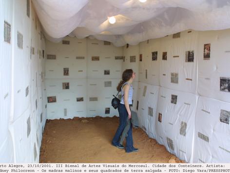3ª Bienal do Mercosul - Obra Cidade dos Conteiners, de Sidney Philocreon - os madras malinos e seus quadrados de terra salgada
