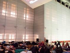9a Bienal do Mercosul. Performance Operating Theatre (O.T.) de Audrey Cottin. Espaco atrio do Santander Cultural.