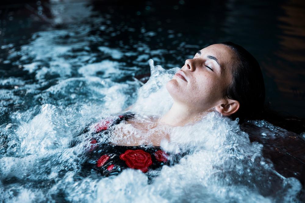 Femme se relaxant dans son spa, relaxant jacuzzi