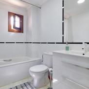 garden apartment bathroom.jpg