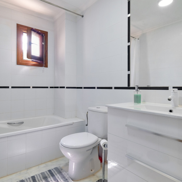 garden apartment bathroom.jpg