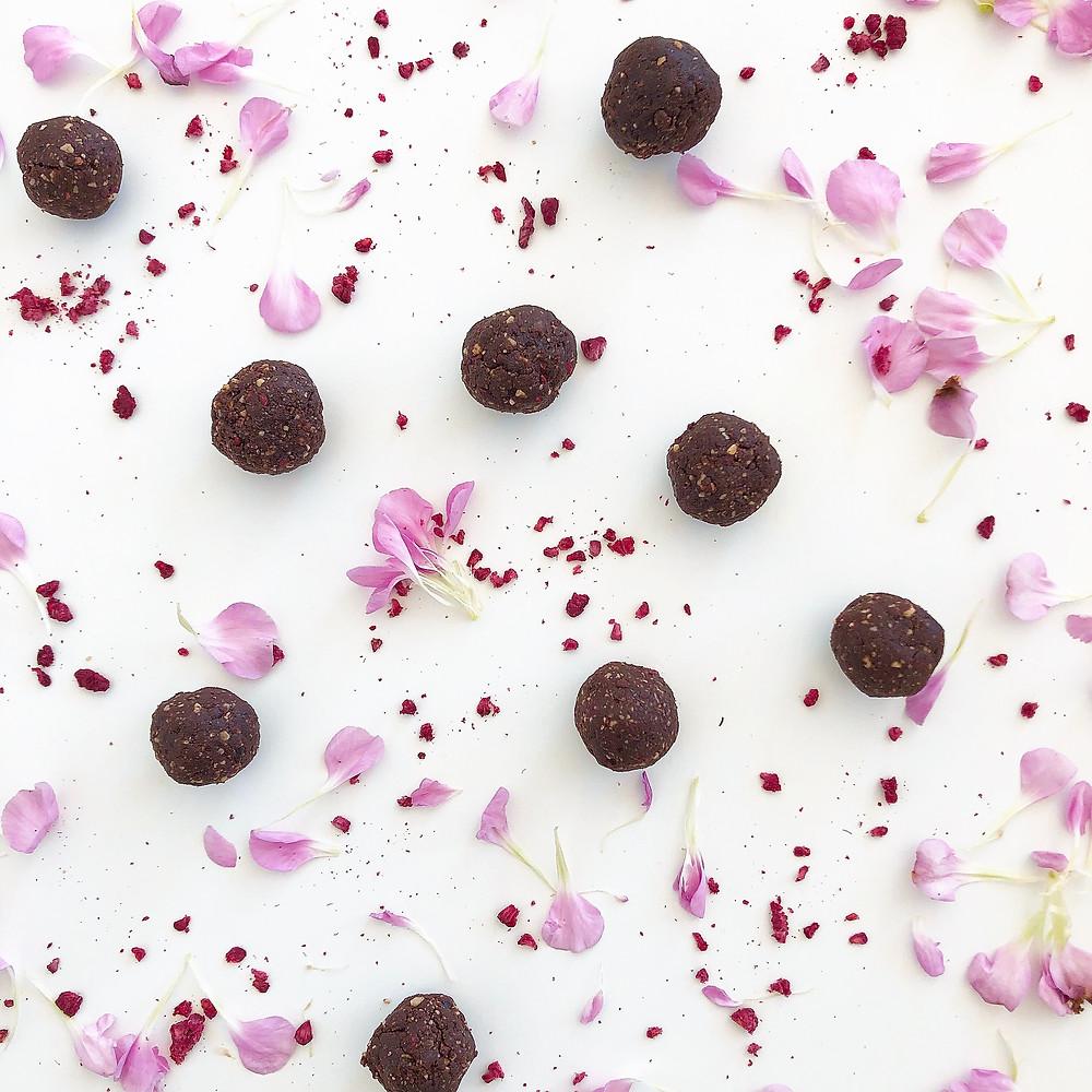 Chocolate raspberry energy balls | www.martinazand.com