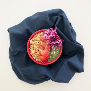Green strawberry smoothie bowl